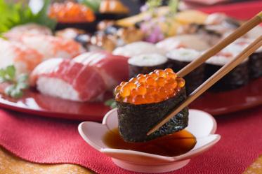 Почему суши лучше есть с соевым соусом?